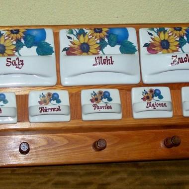 półeczka z ceramicznymi szufladkami na przyprawy szuka domu