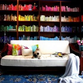 Książki we wnętrzu. Wnętrze z książkami.