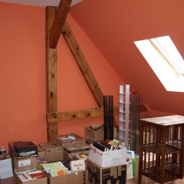 Druga strona naszej przyszłej sypialni, część rzeczy już przewozimy z miasta na wieś:) Starych belek postanpwiliśmy nie zakrywać, ale odnowić je i pokazać w całej okazałości. Tak jest w całym domu:)