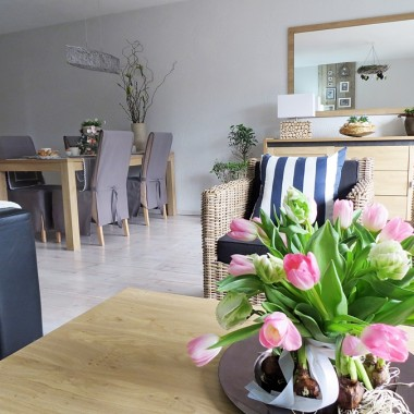 Tulipany na stole sa tylko zwiazane szeroka wstazka i ulozone na tacy(taca z wglebieniem na wode).Wokol ulozylam cebule zonkili.Rowniez prosta kompozycja i nieco inna niz w szklanym wazonie.