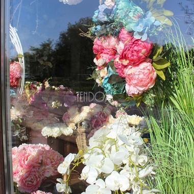 """Mili, dziś w naszym sklepie o poranku przywitało nas długo oczekiwane słońce. Jest przyjemnie. Śpiewają ptaki, a kwiaty w środku naszej pracowni zalśniły nowym blaskiem. Słoneczna energia nakręca do pracy, a ja zamiast pisać dzisiaj o donicach - jak zaplanowałam, prezentuję Wam jak przyjemnie wygląda nasze """"biuro"""", które woła do nas, przechodniów i do Was """"Miłego dnia!"""".Nasz Sklep Stacjonarny tenDOM mieści się w Komorowie, pod Warszawą, w Al. Kasztanowej 2 (pierwsze rondo w Komorowie od wjazdu od strony Janek, czy Reguł).Mamy otwarte w godz. 8.30-17.00 (w innych godzinach najlepiej umówić się na wizytę mailowo lub tel.). Jeśli chcecie zakupić coś na miejscu a macie to upatrzone na stronie sklepu, warto najpierw zakupić przedmioty online z opcją """"Odbiór Osobisty"""" - wtedy zadzwonimy do Was jak tylko zamówienie zostanie przygotowane do odbioru. Tak bezpieczniej - będzie pewność, że wymarzone produkty będzie można nabyć na miejscu."""