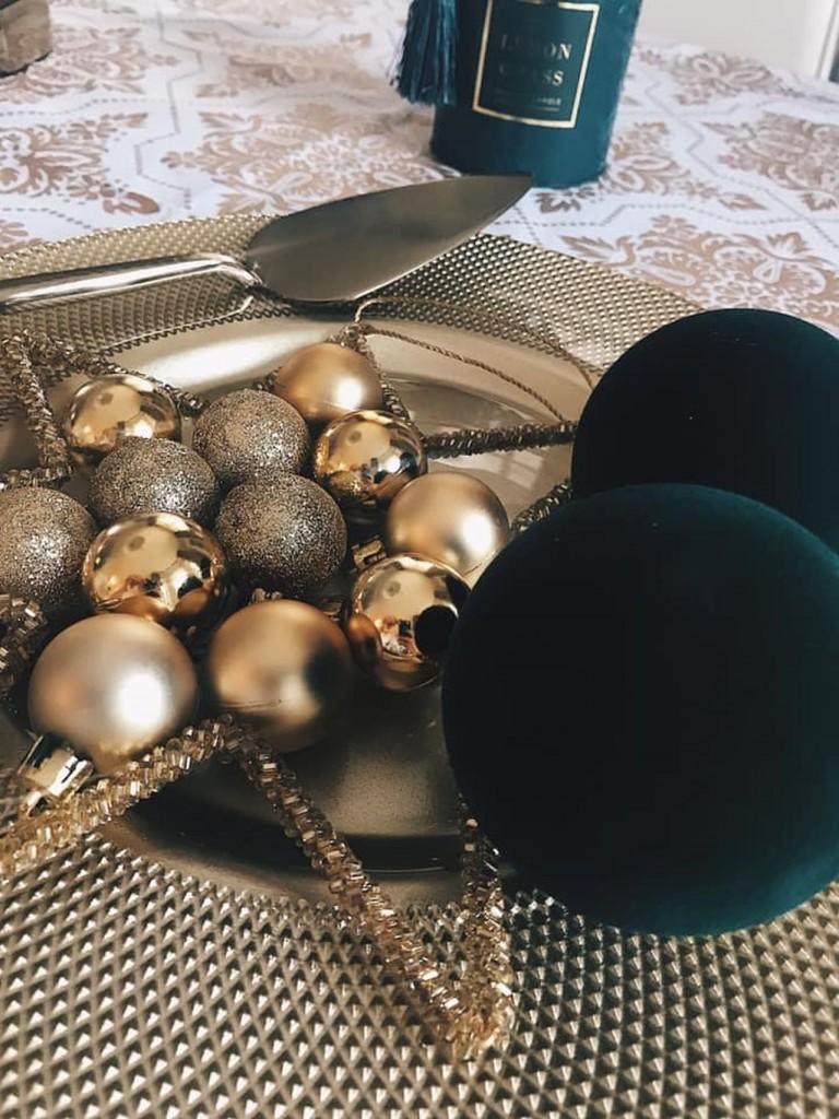 Dekoracje, Tak udekorujesz świąteczny stół. Pomysły projektantki - 2. ŚWIĄTECZNY BLASK Choć na razie nie wiadomo, jakie święta zgotuje nam aura, już dziś możemy zadbać o to, by nasz wigilijny stół skrzył się zimowym blaskiem. Wykorzystajcie do dekoracji srebrzysty obrus i podkładki, białe jak śnieg kule zdobione brokatem, perły i lekkie niczym śnieżny puch piórka. W przeciwieństwie do złota srebro pozwala stworzyć chłodny, zimowy klimat – mówi Magdalena Miśkiewicz.