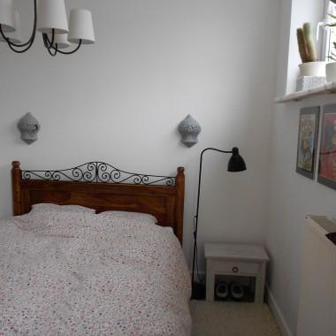 """Nasza maleńka sypialnia. Lampka i kinkiety tymczasowe. Zostaną zlikwidowane jak znajdę odpowiednie kinkiety z """"regulowanymi ramionami""""."""