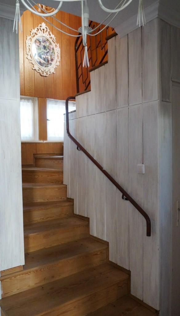 Pozostałe, Stara boazeria- deski w nowej pobielonej odsłonie - Myślę o pomalowaniu schodów na biało,ale tylko z góry.Resztę zostawić jak jest. I oczywiście wymiana poręczy