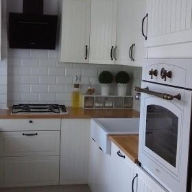 Pomieszczenie combo- kuchnia, przedpokój i kącik TV w jednym