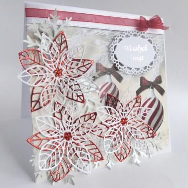 Cena: 13,00 złElegancka i tradycyjna kartka świąteczna, utrzymana w biało-srebrno-czerwonej tonacji.Rozmiar po rozłożeniu to ok 30x15 cm, a złożona tworzy kwadrat o boku ok 15cm.Wykonana z grubego 250g śnieżnobiałego papieru, na którym znajduje się przepiękny klimatyczny gruby 250g papier z motywami świątecznymi. Główna dekoracją są trzy duże ażurowe poinsecje wykonane z metalicznego i lustrzanego papieru. Do tego ozdobna ramka z wysrebrzonym napisem i urocza wstążeczka. Uwaga: motyw z dekoracyjnego papieru może się różnić na poszczególnych kartkach, wynika to z oryginalnego rozmiaru tego papieru (30x30cm), wszystkie jednak pochodzą z tej samej kolekcji.Kartka jest przestrzenna, zdobiona elementami 3D, idealna do osobistego wręczenia np. idąc w świąteczne odwiedziny.W środku znajdują się nadrukowane życzenia, do wyboru 7 wersji, otrzymają je Państwo po dokonaniu zakupu na adres mailowy lub pozostawią Państwo wybór mnie, wpisując to w wiadomości podczas zakupu.