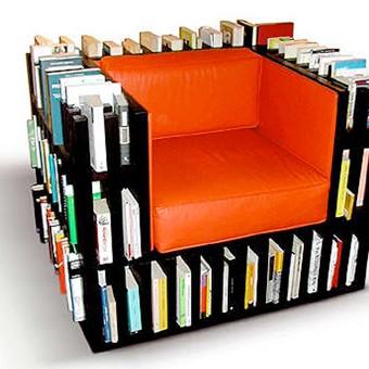 Książki jako dziedzictwo ludzkości i skarbnica wiedzy powinny być traktowane z należytym szacunkiem. Nie oznacza to jednak, że mają być zamknięte w oszklonej witrynie! Propozycje meblowe studia projektowego .nobody&co. nie tylko ochraniają nasze papierowe zbiory, ale też ułatwiają z nich korzystanie. Bibliochaise to marzenie każdego mola książkowego. Wyobraź sobie: jest długi zimowy wieczór, ty z filiżanką ulubionego napoju mościsz się w wygodnym fotelu, a w ręce same wpadają Ci twoje ulubione książki. To właśnie esencja tego mebla. W konstrukcji fotela wbudowano półki i półeczki, gdzie mieści się pięć metrów książek. To rozwiązanie dla tych, którzy cenią sobie połączenie dobrego designu, wygody i praktyczności. Bibliochaise występuje w trzech odmianach: Home, Plus i Glossy. Różnią się one użytymi surowcami i wykończeniem. Obicie fotela może być wykonane z różnych materiałów (polyester, bawełna, skóra) i w szerokiej gamie kolorystycznej. Dopełnienieniem Bibliochaise jest pufa Bibli