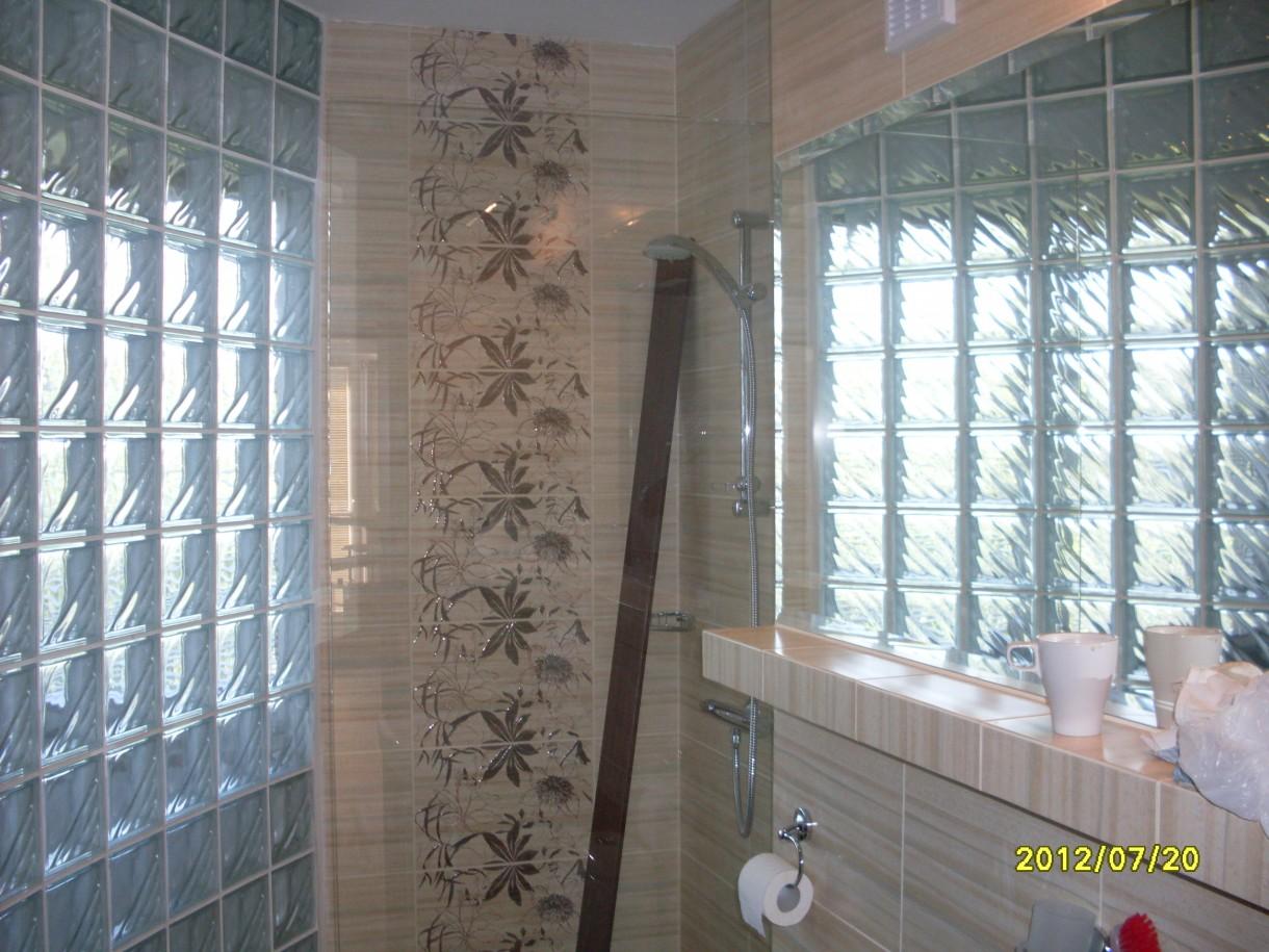 Pozostałe, łazienka na górze - w tle prysznic