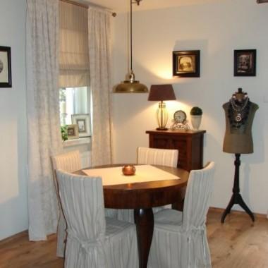 Lampa nad stołem i pokój dziecka.