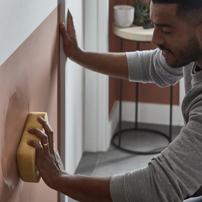 Przedpokój, Urządzamy przedpokój, czyli jak zrobić dobre pierwsze wrażenie! - Dobry kolor to nie wszystko! Dzięki zaawansowanej formule farby GoodHome premium do ścian i sufitów ochronią ściany przed plamami, np. tłustymi śladami rąk czy artystycznymi rysunkami dzieci. A gdy już pojawią się na nich zabrudzenia, bez trudu usuniesz je za pomocą gąbki i wody z mydłem. Dzięki temu korytarz zawsze będzie wyglądał świeżo i pięknie, ciesząc oko domowników oraz gości.
