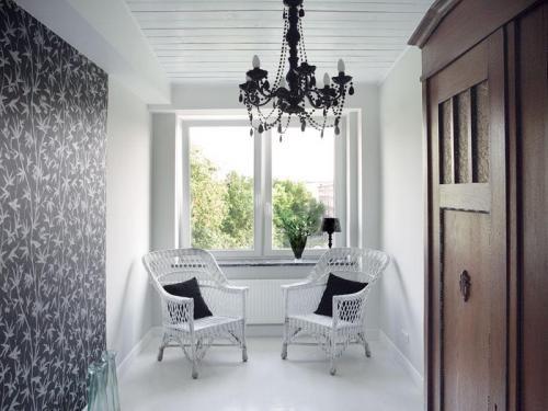 Pozostałe, Mieszkanie w przedwojennej kamienicy - tonacja - wszystkie wnętrza mieszkania trzymają czarno-białą tonację. Na ścianie Tapeta (Bed&Breakfast). Plastikowy żyrandol, białe wiklinowe krzesła.