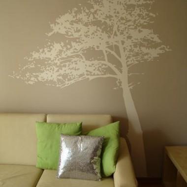 Pierwszy raz wzór tego drzewa zobaczyłam w jednym z odcinków programu dekoratornia - zachwycił mnie :-) Po wielu perturbacjach udało mi się go przenieść na własną ścianę :-)