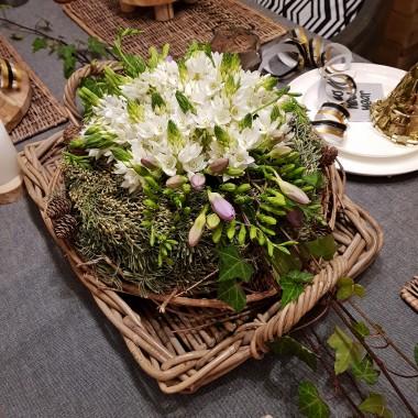 kwiaty sniedka wiechowatego (ornithogalum thyrsoides) sa bardzo trwalymi kwiatami cietymi, u mnie trzymaja sie juz 2 tyg w pieknym stanie, cebulki tych kwiatow mozna posadzic rowniez w ogrodzie i sa piekna dekoracja na rabatach :) do kompozycji dodalam pedy zielonego bluszczu i fioletowe frezje. Kilka zdjec dalej opisalam jak wykonac ta kompozycje :)