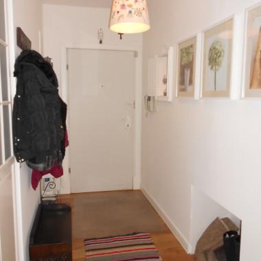 Przedpokój, widok na drzwi wejściowe. Ta wnęka w ścianie w przyszłości zostanie zasłonięta drzwiczkami - powstanie szafka na buty.