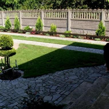 Ten ogród projektowałam  przez kilka lat , spędzam w nim bardzo dużo czasu . Pewnie jeszcze przede mną wiele lat pracy ,ale to dla mnie sama przyjemność .Bardzo proszę o porady
