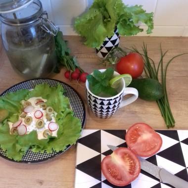 Przygotowanie sałatki z własnej sałaty,szczypiorku,rzodkiewki,pomidora i ogórków małosolnych do tego woda z limonką i własna miętą. To jest prawdziwe DOMOWE ŹRÓDŁO WITAMIN