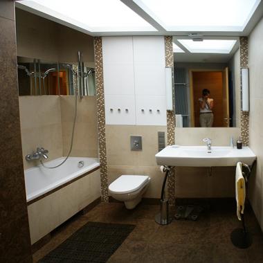 Łazienka w całej krasie tylko z górnym oświetleniem.