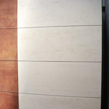 Klasa INDUSTRIAL płyt z betonu architektonicznego Luxum.Na zdjęciu płyta w kolorze pisakowym ( biel saharyjska ) w rozmiarze150x60cm oraz wstawki z betonu wytrawianego w kolorze zardzewiałej stali COR-TEN.