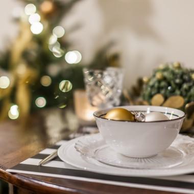 Okres Bożego Narodzenia to chyba jedyny czas w roku, kiedy tak dużą wagę przywiązujemy do wystroju wnętrz. I słusznie! Świąteczne dekoracje, w postaci ozdób choinkowych, stroików, świec i lampionów, pozwalają nam poczuć wyjątkowy klimat na długo przed Świętami. Warto jednak pamiętać o umiarze i postawić na jeden zestaw kolorystyczny. Idealny duet? Szlachetne złoto i trawiasta zieleń. Są eleganckie, stylowe, niebanalne, a dzięki odpowiedniemu połączeniu pozwalają wprowadzić do wnętrz świąteczną atmosferę.Fot. Pracownia KODO/ materiał prasowy