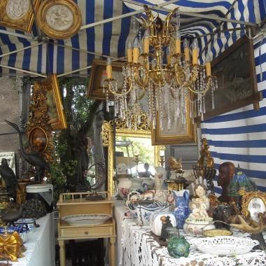............i alabastrowe obrazy w złotych ramach.............