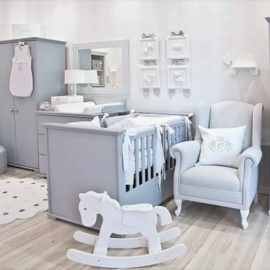 Kolekcja Royal Baby Grey bazuje na  klasycznej szarości. Stonowany odcień barwy szarej  podkreśla uniwersalny charakter wnętrza, nadając mu elegancki i zarazem nowoczesny charakter. Zastosowanie dodatków w bardziej zdecydowanych odcieniach nada aranżacji charakteru, nie powodując przy tym chaosu. Kolor szary  jest rewelacyjnym tłem dla barwnego życia Maluszka.