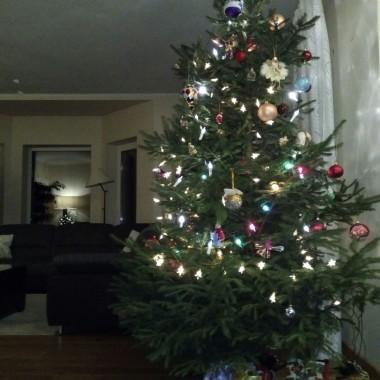 Wszystkim Dekoriankom ślę moc gorących pozdrowień i życzę Świąt Bożego Narodzenia ciepłych w sercu i zimowych na zewnątrz. Niech z nut świątecznych zapachów powstanie najpiękniejsza kolęda, a jaśniejąca gwiazdka niech spełni Wasze marzenia. Dziękuję też za Wasze życzenia pełne ciepła i radości.I zapraszam Was w progi mojego świątecznego domku, gdzie wszystkie dekoracje są dziełem moich własnych pomysłów i rąk. Teri
