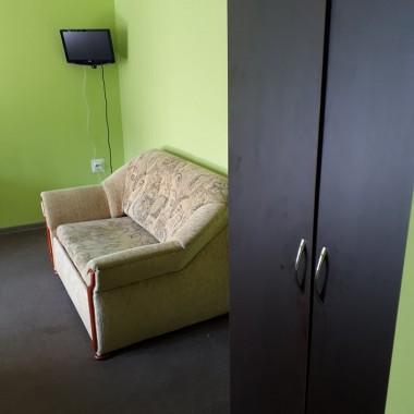 Zwracam się do Was o pomoc/poradę. Chcę przeprowadzić metamorfozę pokoi w pensjonacie. Planuję pomalować ściany na jasny szary, wymienię pościel na białą hotelową, kupić szare narzuty, stoliki i lampki nocne, firany i zasłony, pokrowce na siedziska krzeseł, jakieś nakrycia na stoły, zakryć kable od tv.Nie mam wielkiego budżetu ale każda zmiana będzie na plus.Czy możecie mi doradzić jak Wy byście to widziały? Mam problem z kolorystyką. Nie chcę żeby wszystko się zlało.Będę wdzięczna za wszelkie porady