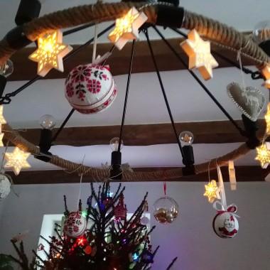 ..............i lampa udekorowana haftowanymi bombkami ..................