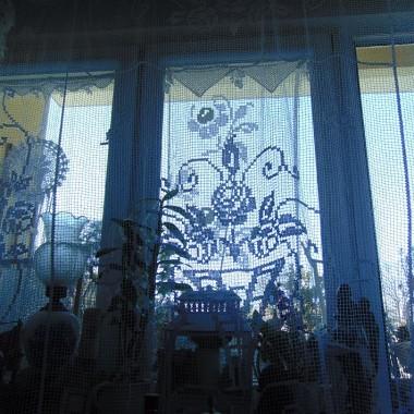 ...............i widok na całe okno w nowej firance...............