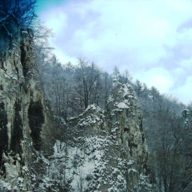 W piękny zimowy ranek słonecznyW stronę Ojcowa chętnie ruszamyPoprzez Ojcowski Park NarodowyI podziwiamy wapienne skały.Więcej treści na:https://www.facebook.com/HanulaBabula/
