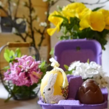 a dzieciaki podkradają czekoladowe jajka