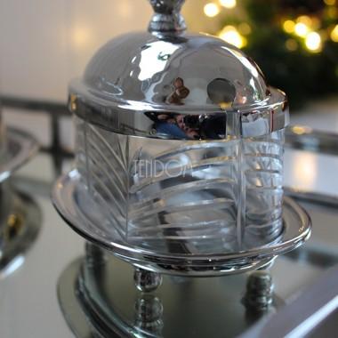Elegancka, lśniąca zastawa stołowa Glamour od tenDOM to nasz tegoroczny bestseller. Boże Narodzenie to szczególny czas, podczas którego chcemy zaoferować najbliższym to, co najlepsze - najpiękniejsze. Mamy zatem dla Was coś, co olśni Waszych Gości - zastawę stołową, gdzie srebro łączy się ze rżniętym szkłem, wygladającym na kryształ. Blask światełek choinkowych i świec ustawionych na stole wydobędzie z tej zastawy jej urok, któremu ciężko sie oprzeć. Spójrzcie sami.