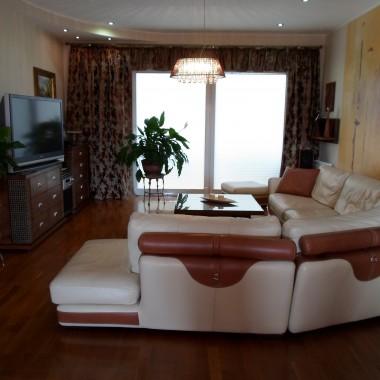 salon z jadalnia,naturalne drewno