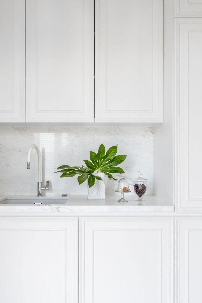 """Kuchnia, Apetyt na design, czyli kuchenne trendy okiem architekta - Materiały Dobór wzorów jest właściwie dowolny. Bogactwo trendów w tym zakresie sprawia, że trudno wskazać jednoznaczne tendencje. Króluje kamień, drewno, cegła…  Wciąż popularne są bioniczne motywy, zaczerpnięte z natury. Również zabawa geometrią nieustannie nam towarzyszy. Kuchenne płytki przybierają coraz bardziej wyszukane kształty: heksa- i oktagony, """"smocza łuska"""" czy arabeski - ogranicza nas tylko wyobraźnia."""