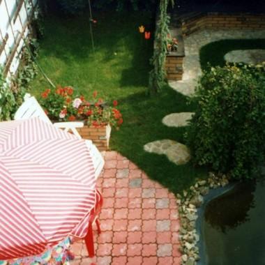 Mały ogród za domem