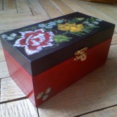 Pudełko z domieszką decoupage'u i akryli.