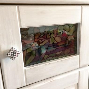 sosnowa szafka malowana z witrażykiem