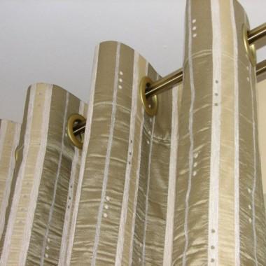 Zasłona na przelotkach, czyli plastikowych kółkach (imitujących metal - dobiera się pod kolor karnisza) nabijanych na tkaninę.