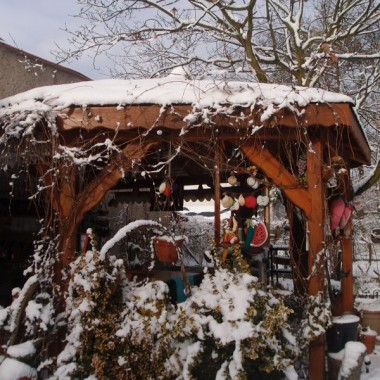 sypie  w tym roku śniegiem co chwilę, dodałam akcenty jeszcze świąteczne.