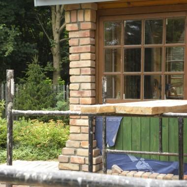 wspólnie z pracownikami głowimy się nad  gankiem mającym nawiązywać  również do elementów drewnianych ogrodu