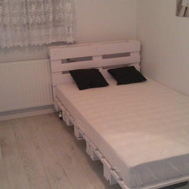 mała sypialnia, łóżko z palet