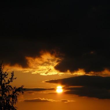 pięknie zachodzi co wieczór i maluje nam cudowne pomarańczowe światła na ścianach i szybach w domu