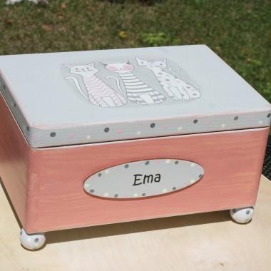 pudełko dla Emy - małej kobitki. Kolory szary i róż. Na wieku fajne koty.