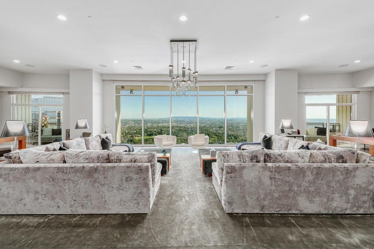 Domy sław, Matthew Perry sprzedaje apartament - Ultranowoczesne mieszkanie ma duże okna od podłogi do sufitu. Budynek zbudowany jest tak, że tworzy wewnętrzne atrium z podświetlanym basenem. W domu jest kominek z otwartym paleniskiem, duża kuchnia, trzy sypialnie oraz 5 łazienek.   Do dyspozycji jest też sala kinowa z przeszkloną ścianą, przez którą można zajrzeć do wnętrza basenu. Do tego garaż na dwa samochody. Za wystrój wnętrz odpowiadają architekt Scott Joyce i znany projektant wnętrz LM Pagano.  IMP FEATURES/East News