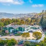 Domy sław, Pharrell Williams sprzedaje dom - 46-letni piosenkarz kupił 1,62 hektarową posiadłość w maju 2018 za 15,6 milionów dolarów. Znajdujący się w jej obszarze dom liczy zawrotne 1580 mkw i ma 10 sypialni oraz 11 łazienek. To jeszcze nic! Wiele jego ścian stanowią ogromne przeszklenia, które pięknie rozświetlają wnętrza oraz umożliwiają podziwianie pobliskiego krajobrazu.  IMP FEATURES/East News