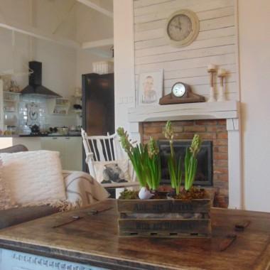Luty i już co raz bliżej do wiosny ,u mnie troszku malowania skrzynia ława przeszła metamorfozę troszkę bieli i przecierki :-) tak jak lubię i w domu zagościły ukochane hiacynty :-)