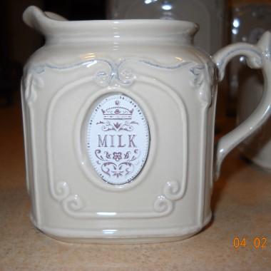 """moja mała kuchenka wzbogaciła się o nowych"""" lokatorów-stojak na książkę kucharską i pojemniki ceramiczne jest i maleńka cukierniczka i mlecznik też malutki-zobaczcie sami....pozdrawiam..."""