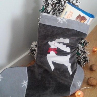 A to mój ulubiony motyw świąteczny, czyli biały renifer. Stosuję go także na poduchach.