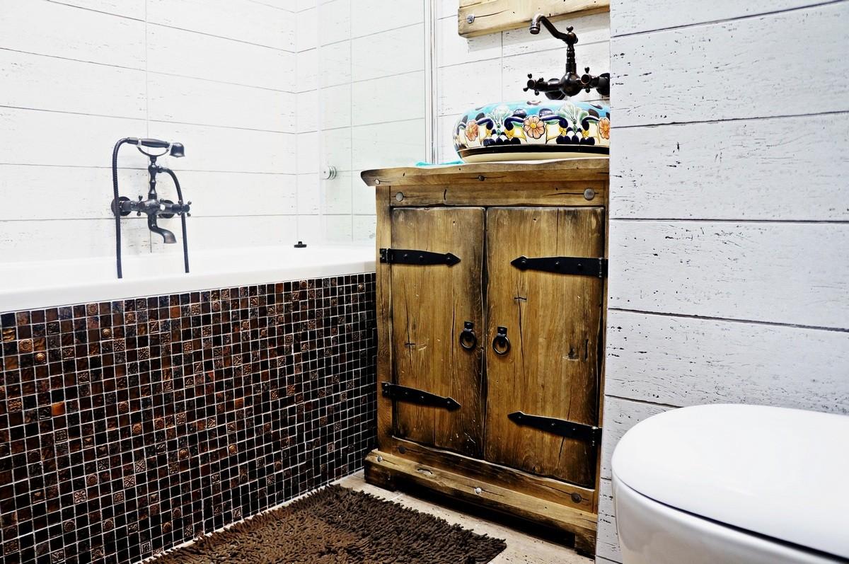 Pozostałe, Rustykalna łazienka z ręcznie malowaną umywalką - Rustykalna łazienka