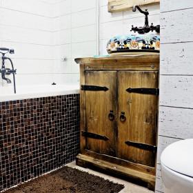 Rustykalna łazienka z ręcznie malowaną umywalką